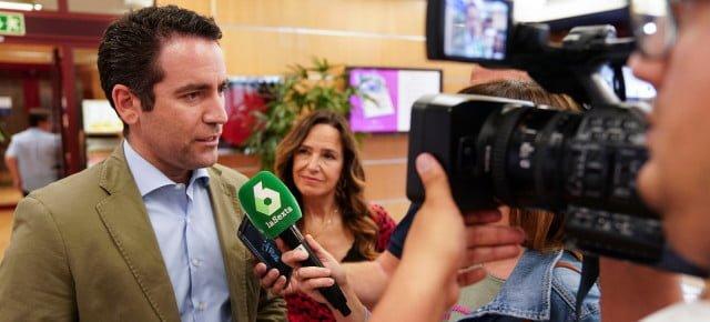 """Teodoro García asiste a la presentación del libro """"Treinta cafés. Las cualidades del liderazgo"""", de Euprepio Padula"""